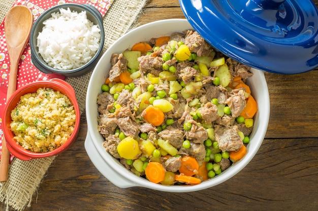 Guisado de carne com legumes na tigela.