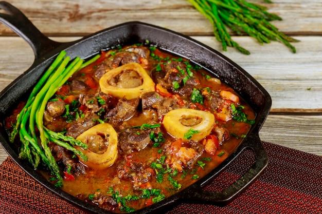 Guisado de carne de pernil, vegetais e aspargos. fechar-se.