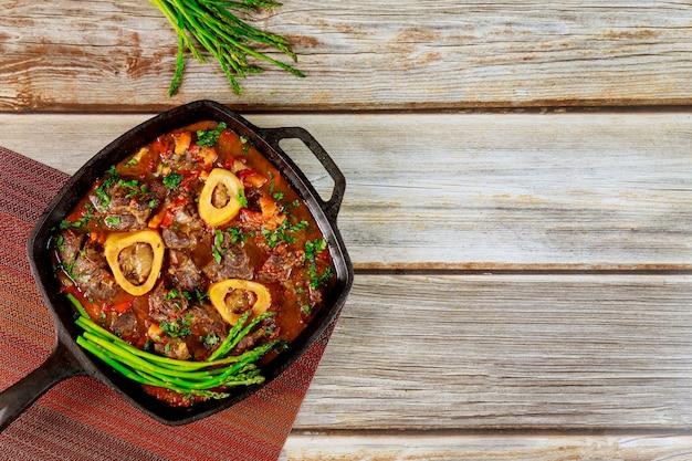 Guisado de carne de pernil, vegetais e aspargos.