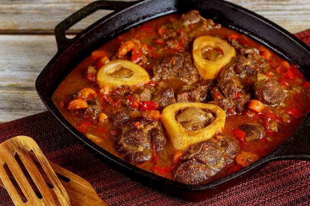 Guisado de carne de pernil, vegetais e caldo.