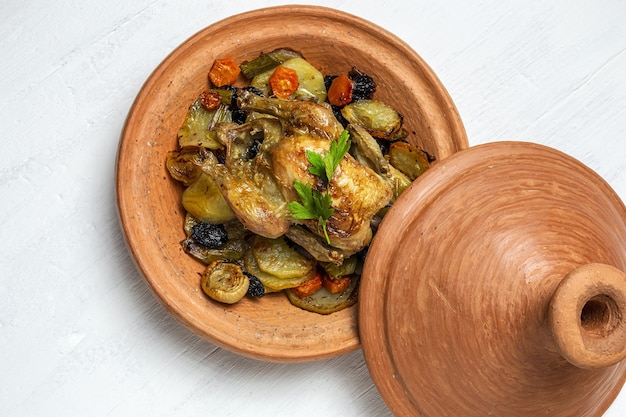 Guisado de tajin de frango caseiro tradicional com batatas. comida marroquina. comida halal