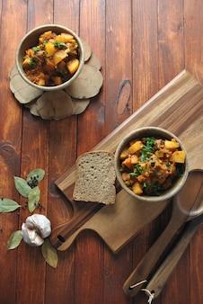 Guisado irlandês feito com carne, batatas, cenouras e ervas. prato principal tradicional do dia de são patrício.