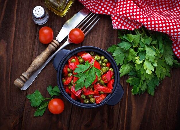 Guisado vegetariano com tomate e ervilhas