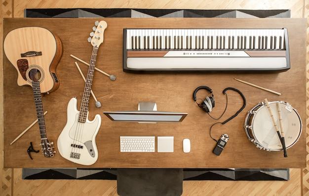 Guitarra acústica, baixo, caixa, baquetas