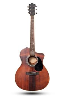 Guitarra acústica clássica isolada no fundo branco com traçado de recorte