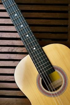 Guitarra acústica em um piso de madeira