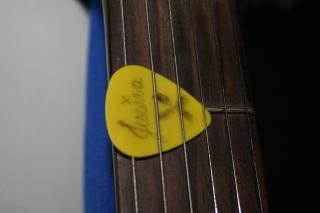 Guitarra amarela pick