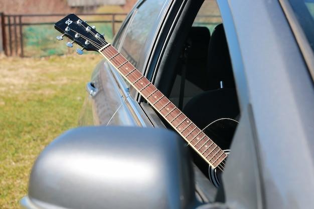 Guitarra ao ar livre perto do carro