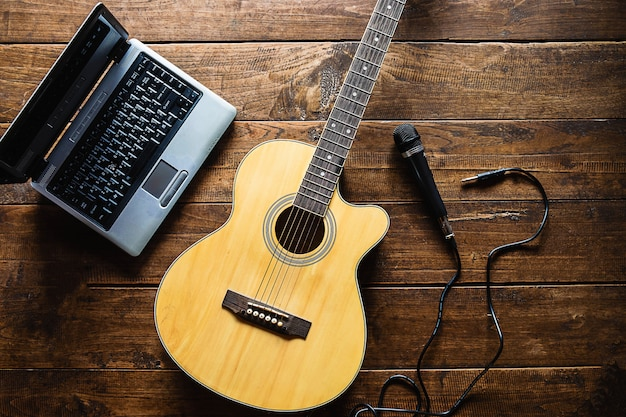 Guitarra clássica e microfone para músicos