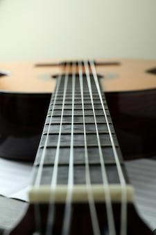 Guitarra clássica e partitura de música, close-up e foco seletivo