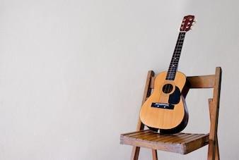 Guitarra clássica na cadeira, música, pop, jazz