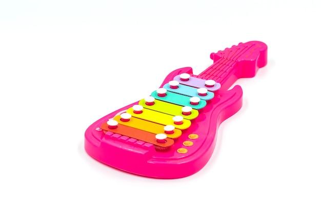 Guitarra de brinquedo rosa bebê em fundo branco
