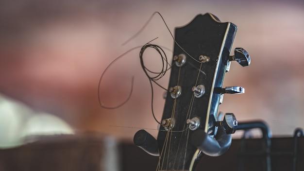Guitarra de cabeça preta