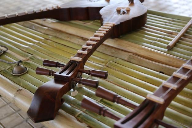 Guitarra de madeira de chiang mai, tailândia