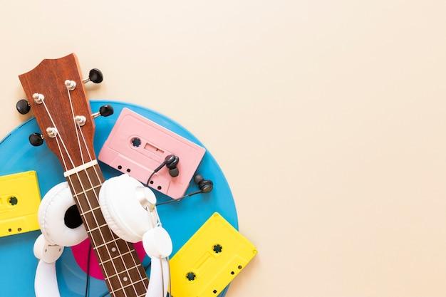 Guitarra de vista superior com cassetes de áudio
