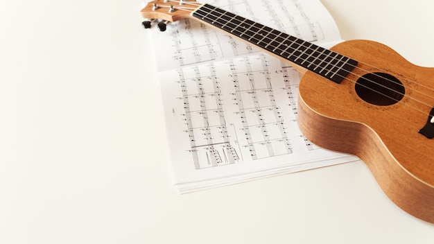 Guitarra do ukulele de brown, partitura.