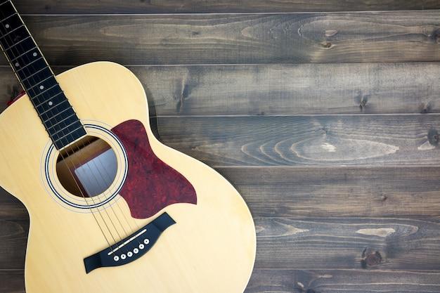 Guitarra dos instrumentos musicais no fundo de madeira velho com espaço da cópia. efeito vintage.