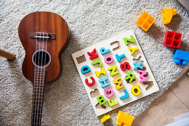 Guitarra e brinquedos educativos na sala de estar