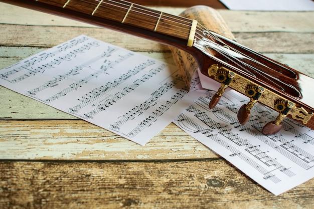Guitarra e música, guitarra e partituras, instrumento, guitarra e notas musicais