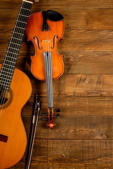 Guitarra e violino em madeira