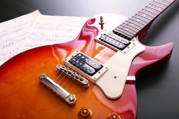 Guitarra elétrica com notas em madeira preta