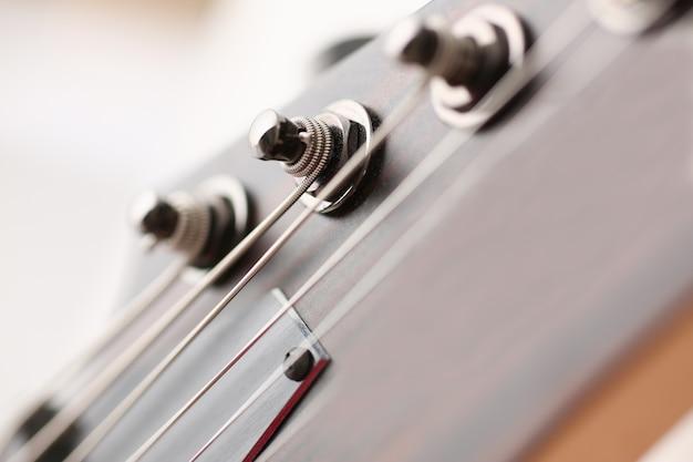 Guitarra elétrica de madeira de forma clássica com pescoço em pau-rosa
