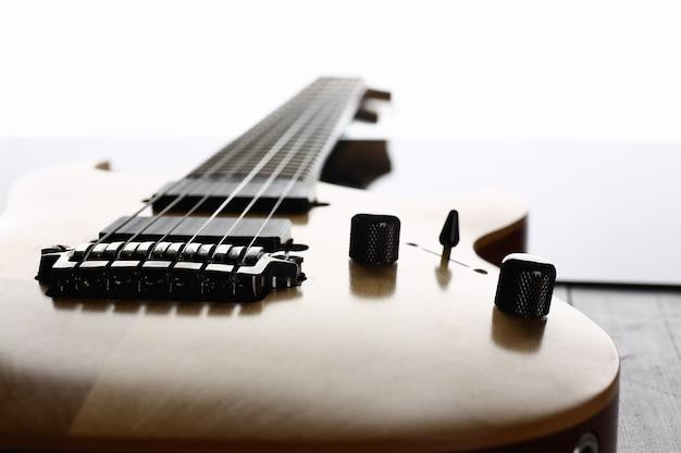 Guitarra elétrica de madeira de formato clássico com braço de jacarandá