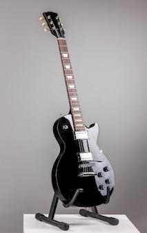 Guitarra elétrica em fundo cinza