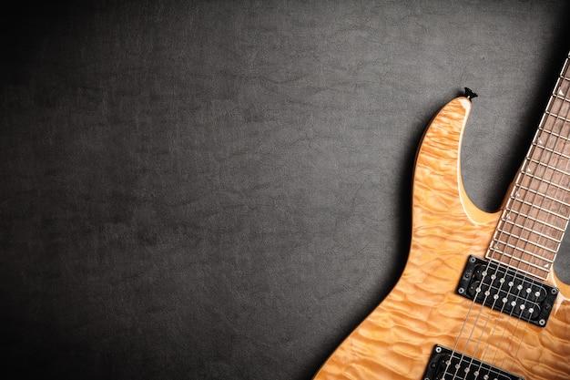 Guitarra elétrica em fundo de couro escuro
