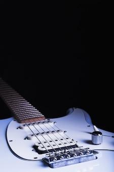 Guitarra elétrica em fundo preto