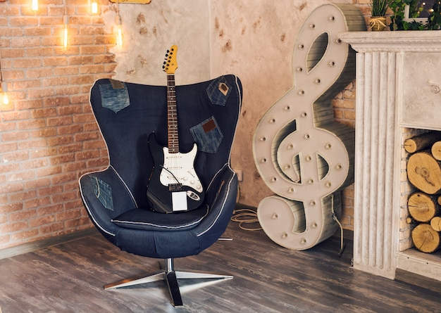 Guitarra elétrica em uma cadeira
