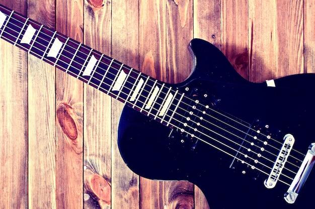 Guitarra elétrica em uma mesa de madeira