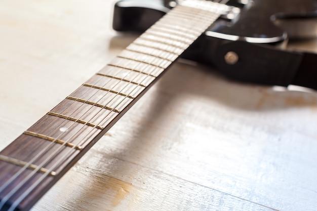 Guitarra elétrica na superfície de madeira velha