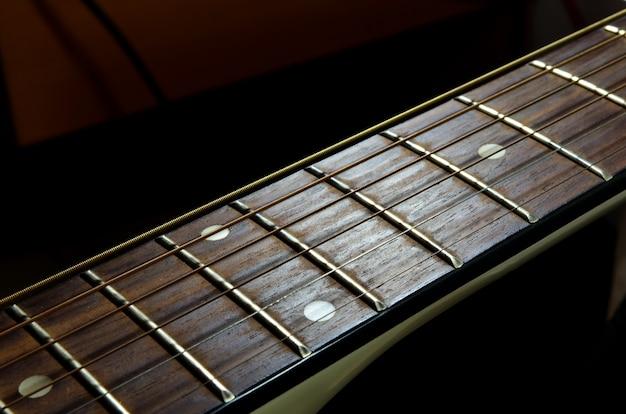 Guitarra em fundo escuro