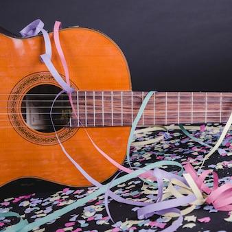 Guitarra espanhola com confetes