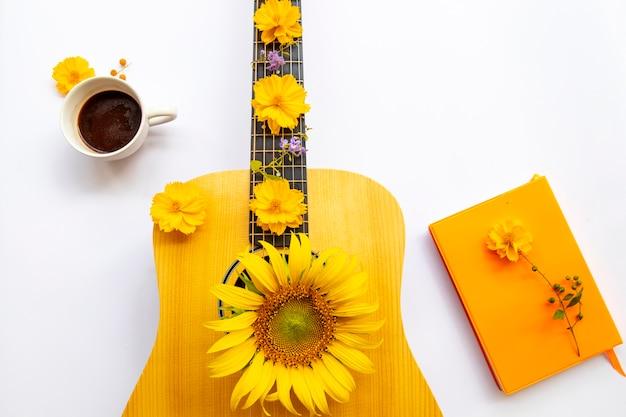 Guitarra, livro, flores do estilo de vida relaxam