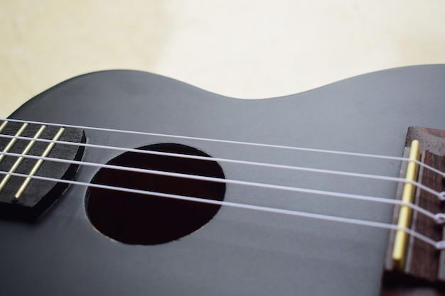 Guitarra ukulele na parede