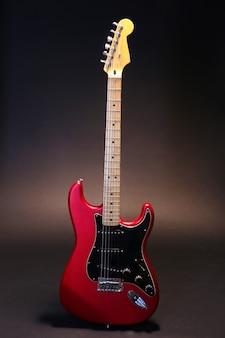 Guitarra vermelha no escuro