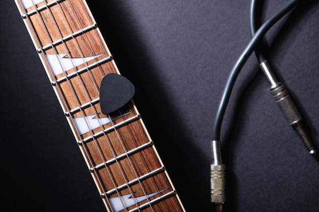 Guitarras com cordas e mediador, cabo jack