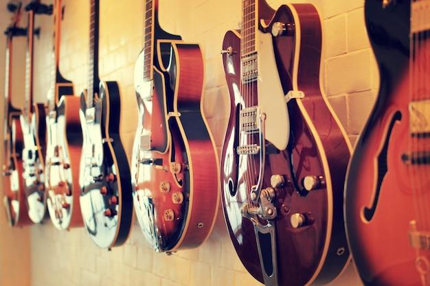 Guitarras elétricas alinhadas na parede
