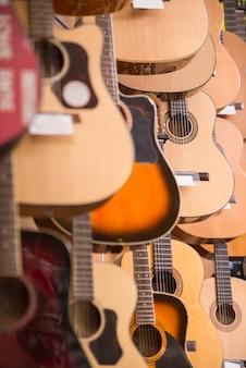 Guitarras está pendurado na parede do estúdio de música.