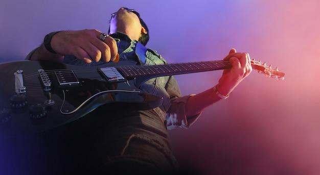 Guitarrista em um palco