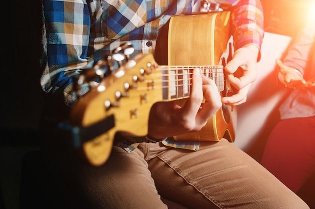 Guitarrista mantém o close-up da guitarra