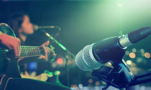 Guitarrista no palco com microfone