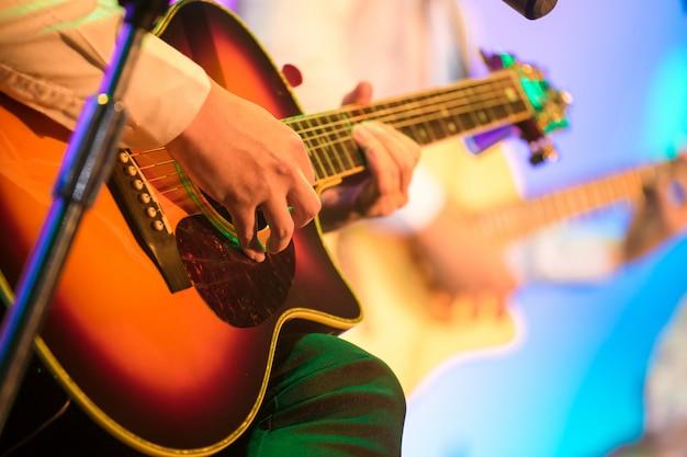 Guitarrista no palco para o fundo