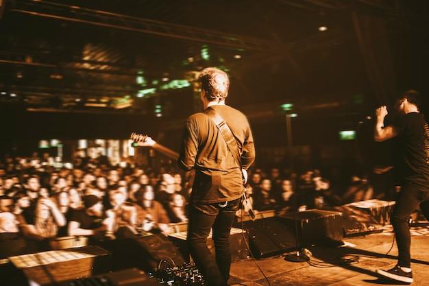 Guitarrista tocando em um show