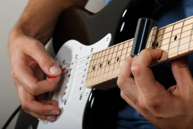 Guitarrista tocando música com controle deslizante