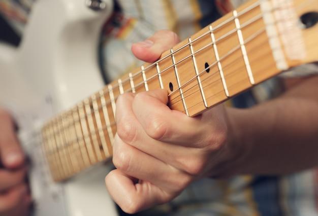 Guitarrista tocando uma guitarra elétrica
