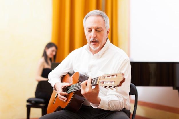 Guitarrista tocando violão