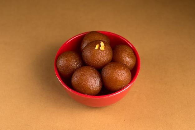 Gulab jamun em uma tigela. sobremesa indiana ou prato doce.